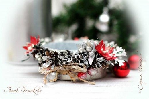 Здравствуйте дорогие мои мастера, постоянные читатели и гости моей странички. Продолжаю готовиться к новому году.  Сделала подсвечник.  В качестве основы использовала баночку из-под паштета. Покрасила его белым акриловым грунтом и оформила его шишками лиственницы (специально собирали осенью), декоративными ягодками, серебряными шариками, цветочками, бантиками из джута, тычинками.  фото 3