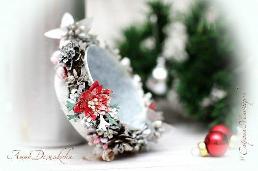 Здравствуйте дорогие мои мастера, постоянные читатели и гости моей странички. Продолжаю готовиться к новому году.  Сделала подсвечник.  В качестве основы использовала баночку из-под паштета. Покрасила его белым акриловым грунтом и оформила его шишками лиственницы (специально собирали осенью), декоративными ягодками, серебряными шариками, цветочками, бантиками из джута, тычинками.  фото 4