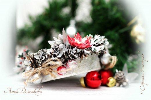 Здравствуйте дорогие мои мастера, постоянные читатели и гости моей странички. Продолжаю готовиться к новому году.  Сделала подсвечник.  В качестве основы использовала баночку из-под паштета. Покрасила его белым акриловым грунтом и оформила его шишками лиственницы (специально собирали осенью), декоративными ягодками, серебряными шариками, цветочками, бантиками из джута, тычинками.  фото 5