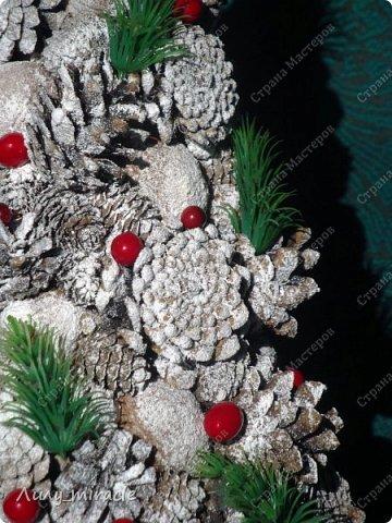 """Представляю сегодня вашему вниманию елочку, которая была выполнена в стиле венка """"Зимняя сказка"""" http://stranamasterov.ru/node/1054032 . Тем самым образовав комплект с этим названием. Высота ёлочки 35 см, диаметр венка 33 см. Выполнены из шишек сосен разных пород и шишек лиственницы, декорированы искусственными ягодами и хвоей. В основании елочки деревянный спил. И венок и елочка тонированы искусственным снегом.  фото 3"""