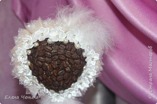 Недавно моя подруга вышла замуж. И мне очень хотелось сделать что-нибудь своими руками на память. Она любит кофе, а эта парочка топиарчиков так и благоухает своим ароматом. Теперь вот стоят у неё и радуют, напоминая о торжественном дне. фото 4