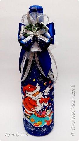 Очень понравилось делать Новогодние бутылки в технике декупаж. Пробую разные цвета для фона. фото 1