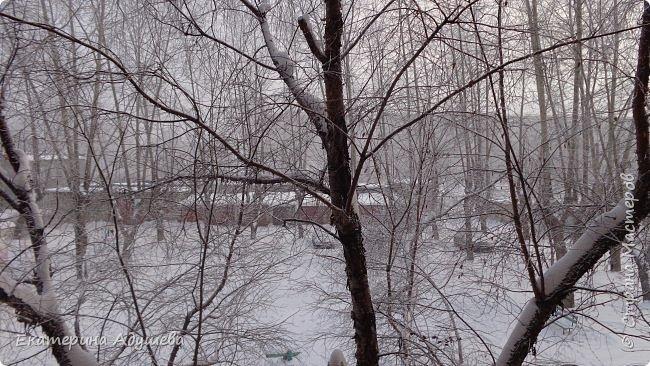 Урал попал в циклон ,морозы немного спали . Пейзажи в центе города сказочные, утром было -23. Не удержалась, чтобы не взять фотоаппарат в руки и не запечатлеть красоту за окном и солнышко в дымке морозной занавеси. Сразу в памяти сплывает добрая сказка  из детства (Морозко-1964 года)   фото 2