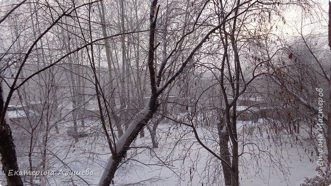 Урал попал в циклон ,морозы немного спали . Пейзажи в центе города сказочные, утром было -23. Не удержалась, чтобы не взять фотоаппарат в руки и не запечатлеть красоту за окном и солнышко в дымке морозной занавеси. Сразу в памяти сплывает добрая сказка  из детства (Морозко-1964 года)   фото 3