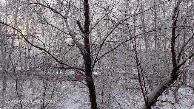 Урал попал в циклон ,морозы немного спали . Пейзажи в центе города сказочные, утром было -23. Не удержалась, чтобы не взять фотоаппарат в руки и не запечатлеть красоту за окном и солнышко в дымке морозной занавеси. Сразу в памяти сплывает добрая сказка  из детства (Морозко-1964 года)   фото 5