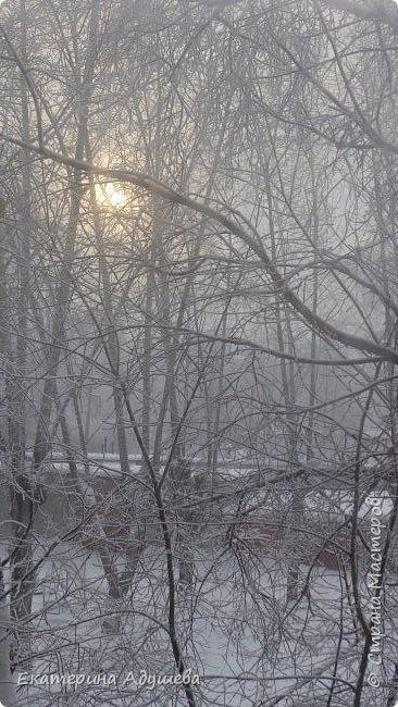 Урал попал в циклон ,морозы немного спали . Пейзажи в центе города сказочные, утром было -23. Не удержалась, чтобы не взять фотоаппарат в руки и не запечатлеть красоту за окном и солнышко в дымке морозной занавеси. Сразу в памяти сплывает добрая сказка  из детства (Морозко-1964 года)   фото 9