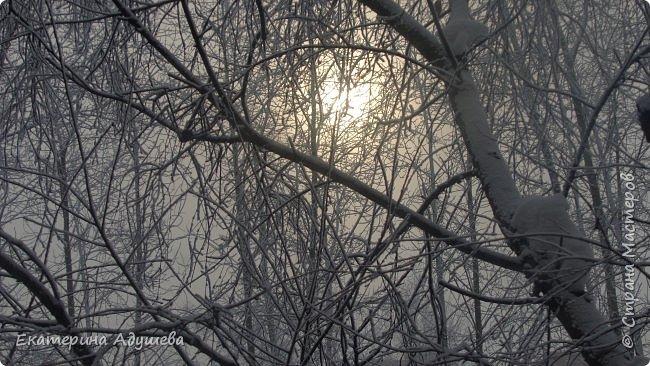 Урал попал в циклон ,морозы немного спали . Пейзажи в центе города сказочные, утром было -23. Не удержалась, чтобы не взять фотоаппарат в руки и не запечатлеть красоту за окном и солнышко в дымке морозной занавеси. Сразу в памяти сплывает добрая сказка  из детства (Морозко-1964 года)   фото 15