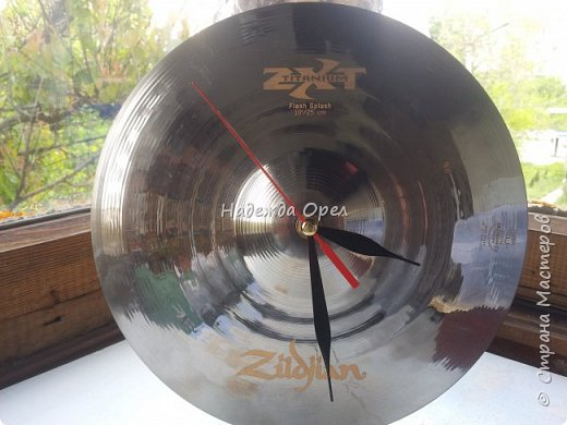 Часы сделаны из барабанной тарелки фото 1