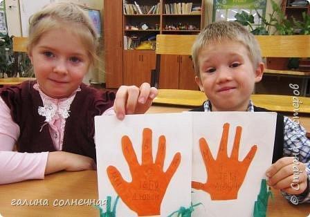 Здравствуйте.  Предлагаю вам сделать с детьми открытку к Дню Матери. Приготовьте цветную бумагу, нитки, картон, ленту, пуговицу, гофробумагу, клей. фото 7