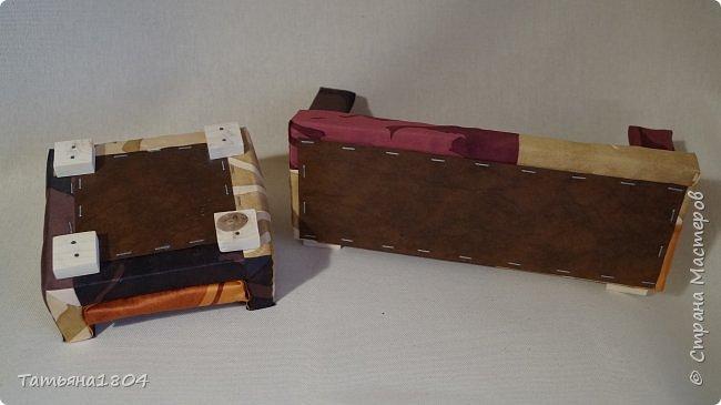 Мягкая мебель для кукол, в подарок для девочки на день рождения. Материалы: дерево, поролон, синтепон, ткань, искусственная кожа. Размеры: диван - 32х15 см, кресло 15х15 см, стол 11х8 см. фото 2