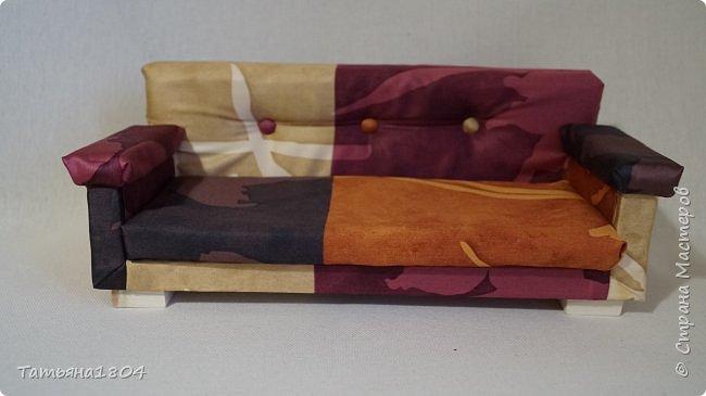 Мягкая мебель для кукол, в подарок для девочки на день рождения. Материалы: дерево, поролон, синтепон, ткань, искусственная кожа. Размеры: диван - 32х15 см, кресло 15х15 см, стол 11х8 см. фото 3