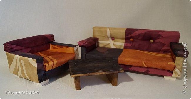 Мягкая мебель для кукол, в подарок для девочки на день рождения. Материалы: дерево, поролон, синтепон, ткань, искусственная кожа. Размеры: диван - 32х15 см, кресло 15х15 см, стол 11х8 см. фото 1