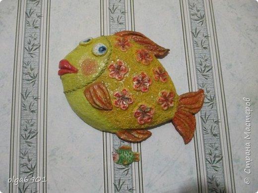 Насмотрелась на разных рыбок в Стране, налюбовалась. Захотелось самой сделать что-нибудь эдакое!.. Солёное тесто мне показалось тяжеловатым, и разбиться может, если что не так... А из папье-маше панношки получились и лёгкими, и небьющимися!   Моя первая рыбка  Петунья с рыбёнком. фото 1