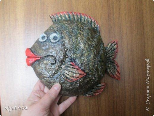 Насмотрелась на разных рыбок в Стране, налюбовалась. Захотелось самой сделать что-нибудь эдакое!.. Солёное тесто мне показалось тяжеловатым, и разбиться может, если что не так... А из папье-маше панношки получились и лёгкими, и небьющимися!   Моя первая рыбка  Петунья с рыбёнком. фото 3