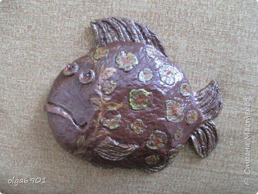 Насмотрелась на разных рыбок в Стране, налюбовалась. Захотелось самой сделать что-нибудь эдакое!.. Солёное тесто мне показалось тяжеловатым, и разбиться может, если что не так... А из папье-маше панношки получились и лёгкими, и небьющимися!   Моя первая рыбка  Петунья с рыбёнком. фото 5