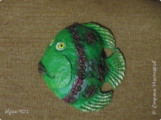 Насмотрелась на разных рыбок в Стране, налюбовалась. Захотелось самой сделать что-нибудь эдакое!.. Солёное тесто мне показалось тяжеловатым, и разбиться может, если что не так... А из папье-маше панношки получились и лёгкими, и небьющимися!   Моя первая рыбка  Петунья с рыбёнком. фото 9