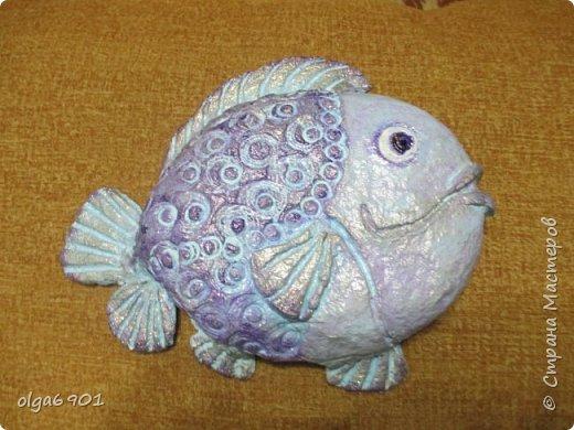 Насмотрелась на разных рыбок в Стране, налюбовалась. Захотелось самой сделать что-нибудь эдакое!.. Солёное тесто мне показалось тяжеловатым, и разбиться может, если что не так... А из папье-маше панношки получились и лёгкими, и небьющимися!   Моя первая рыбка  Петунья с рыбёнком. фото 10