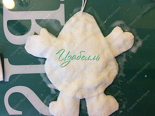 Друзья! По просьбе моей коллеги в ватном творчестве Ольги Симаковой, хочу рассказать, как сделать  полуобъемную игрушку из ватных дисков в технике аппликация. Это элементарная игрушка из ваты. И для новичков в этом деле,будет разминкой. Для моего Деда Мороза потребовалось:  1. 4 ватных диска, ножницы; 2.  клей пва+вода в равных пропорциях; 3. акварельные краски; 4. гель-блеск. фото 13