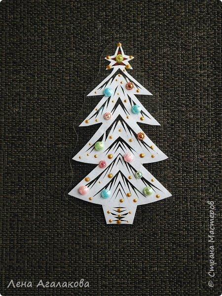 Продолжаю готовится к новогодней ярмарке. Вырезалочки я свои усовершенствовала добавив точки и бусины, все вырезалочки с разными узорами. Идеи все мои, просто я их немного усовершенствовала в этом году. Я ламинирую вырезанную фигурку а потом наношу точки и бусины. фото 8