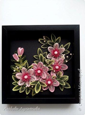 """Всем привет! Сегодня хочу показать вам еще одну работу. Подобные цветочки я уже использовала ранее в своей работе """"веночек"""". Очень хотелось сделать  работу только из ажурных цветочков. Идею создания цветочков позаимствовала у Ольги Бум, за что ей очень благодарна,  у нее есть прекрасное панно с подсветкой с подобными цветочками: http://stranamasterov.ru/node/913810?k=all&u=42770         Работа сразу планировалась на черном фоне и в черной рамке, сделала быстро, можно сказать на одном дыхании.                Работа изготовлена из корейских бумажных полос 3мм, в рамке IKEA 25х25 фото 2"""