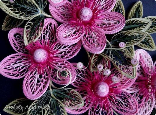 """Всем привет! Сегодня хочу показать вам еще одну работу. Подобные цветочки я уже использовала ранее в своей работе """"веночек"""". Очень хотелось сделать  работу только из ажурных цветочков. Идею создания цветочков позаимствовала у Ольги Бум, за что ей очень благодарна,  у нее есть прекрасное панно с подсветкой с подобными цветочками: http://stranamasterov.ru/node/913810?k=all&u=42770         Работа сразу планировалась на черном фоне и в черной рамке, сделала быстро, можно сказать на одном дыхании.                Работа изготовлена из корейских бумажных полос 3мм, в рамке IKEA 25х25 фото 3"""