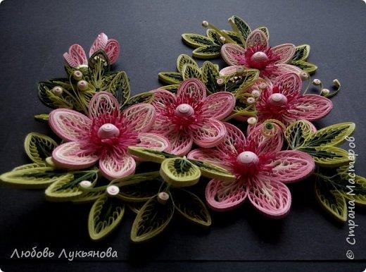 """Всем привет! Сегодня хочу показать вам еще одну работу. Подобные цветочки я уже использовала ранее в своей работе """"веночек"""". Очень хотелось сделать  работу только из ажурных цветочков. Идею создания цветочков позаимствовала у Ольги Бум, за что ей очень благодарна,  у нее есть прекрасное панно с подсветкой с подобными цветочками: http://stranamasterov.ru/node/913810?k=all&u=42770         Работа сразу планировалась на черном фоне и в черной рамке, сделала быстро, можно сказать на одном дыхании.                Работа изготовлена из корейских бумажных полос 3мм, в рамке IKEA 25х25 фото 1"""