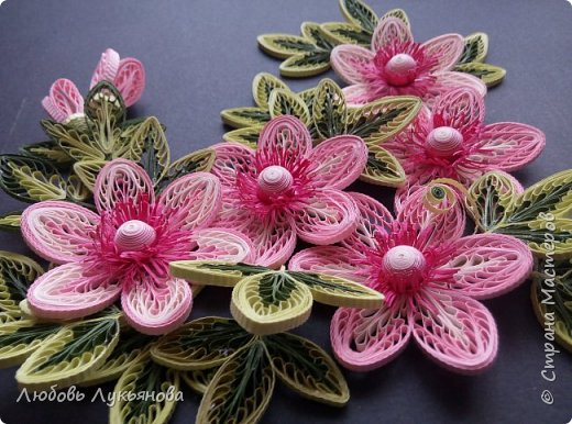 """Всем привет! Сегодня хочу показать вам еще одну работу. Подобные цветочки я уже использовала ранее в своей работе """"веночек"""". Очень хотелось сделать  работу только из ажурных цветочков. Идею создания цветочков позаимствовала у Ольги Бум, за что ей очень благодарна,  у нее есть прекрасное панно с подсветкой с подобными цветочками: http://stranamasterov.ru/node/913810?k=all&u=42770         Работа сразу планировалась на черном фоне и в черной рамке, сделала быстро, можно сказать на одном дыхании.                Работа изготовлена из корейских бумажных полос 3мм, в рамке IKEA 25х25 фото 4"""