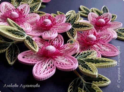 """Всем привет! Сегодня хочу показать вам еще одну работу. Подобные цветочки я уже использовала ранее в своей работе """"веночек"""". Очень хотелось сделать  работу только из ажурных цветочков. Идею создания цветочков позаимствовала у Ольги Бум, за что ей очень благодарна,  у нее есть прекрасное панно с подсветкой с подобными цветочками: http://stranamasterov.ru/node/913810?k=all&u=42770         Работа сразу планировалась на черном фоне и в черной рамке, сделала быстро, можно сказать на одном дыхании.                Работа изготовлена из корейских бумажных полос 3мм, в рамке IKEA 25х25 фото 5"""