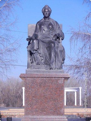 Путешествуя по малым городам нашей страны, приятно видеть памятники истории. Памятник Екатерины II был восстановлен жителями небольшого  города Маркса на берегу реки Волга.