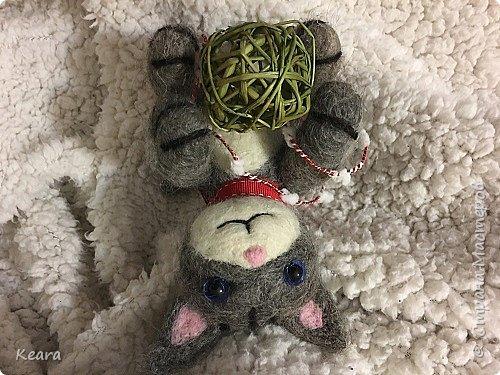 Котенок сделан из необработанной козлиной шерсти, глазки стеклянные. фото 1