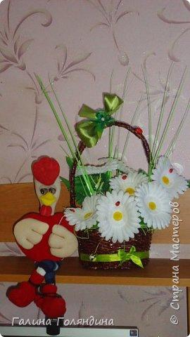 Газетные трубочки корзиночка . цветы покупные . фото 4