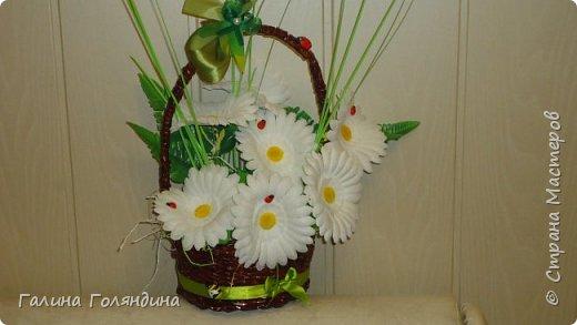 Газетные трубочки корзиночка . цветы покупные . фото 1