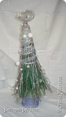 Материалы:  мочало и березовые веточки, лён,  ленты и новогодний декор. фото 3