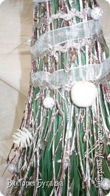 Материалы:  мочало и березовые веточки, лён,  ленты и новогодний декор. фото 1