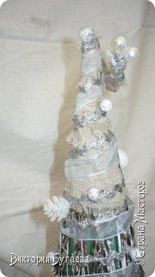 Материалы:  мочало и березовые веточки, лён,  ленты и новогодний декор. фото 4