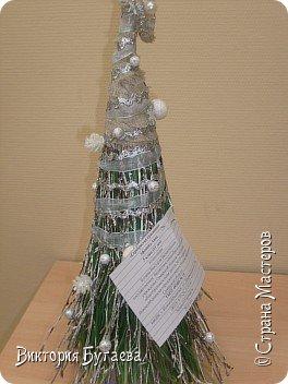 Материалы:  мочало и березовые веточки, лён,  ленты и новогодний декор. фото 5