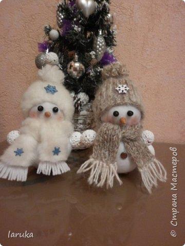 Захотелось сшить снеговичков.  Выбрала для поделок флис- очень приятный, уютный материал. Вот такие ребятишки получились: фото 2