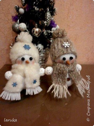 Захотелось сшить снеговичков.  Выбрала для поделок флис- очень приятный, уютный материал. Вот такие ребятишки получились: фото 1