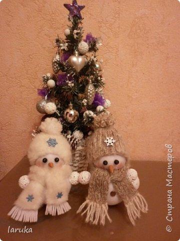 Захотелось сшить снеговичков.  Выбрала для поделок флис- очень приятный, уютный материал. Вот такие ребятишки получились: фото 4