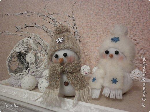 Захотелось сшить снеговичков.  Выбрала для поделок флис- очень приятный, уютный материал. Вот такие ребятишки получились: фото 6