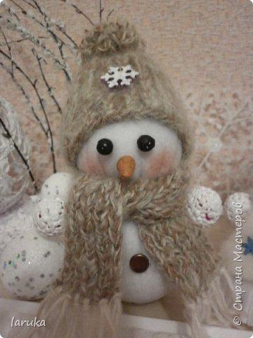 Захотелось сшить снеговичков.  Выбрала для поделок флис- очень приятный, уютный материал. Вот такие ребятишки получились: фото 8