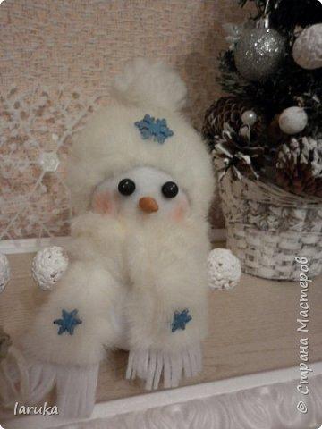 Захотелось сшить снеговичков.  Выбрала для поделок флис- очень приятный, уютный материал. Вот такие ребятишки получились: фото 9