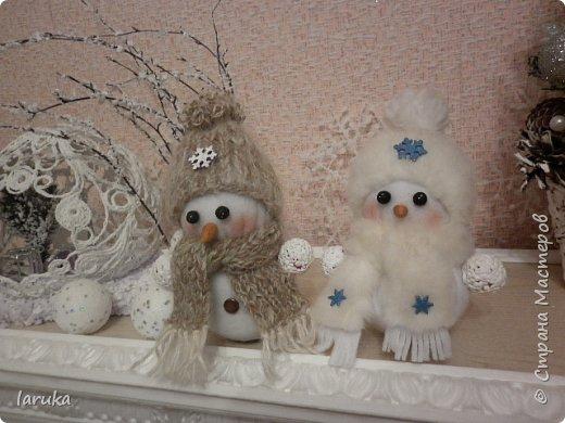 Захотелось сшить снеговичков.  Выбрала для поделок флис- очень приятный, уютный материал. Вот такие ребятишки получились: фото 10