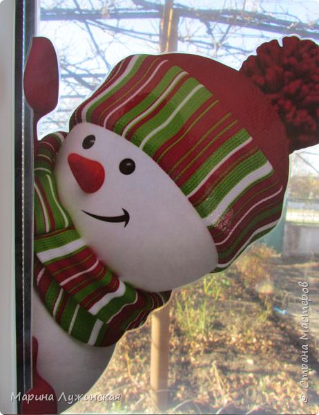 На нашем окошке в декабре кроме забавного дедули http://stranamasterov.ru/node/1057108 , появятся и любопытные снеговички, которые выглядывают из окношка на улицу, или наоборот, заглядывают к нам на огонёк..Нашла их в интернете (https://plus.google.com/photos/110524638234529301074/albums/5955026315787284897), немного изменила изображения. Чтобы картинка была двухсторонней,распечатала каждого снеговичка и в зеркальном отражении, склеила их  между собой, присматриваясь на свет, что бы картинки совпадали , вырезала и заламинировала, чтобы картинка не раскисла от влажного стёклышка. Можно не ламинировать, а просто спрятать картинку в файл и прикрепить маленьким кусочком скотча к стеклу. фото 1