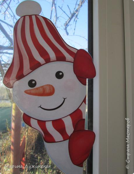 На нашем окошке в декабре кроме забавного дедули http://stranamasterov.ru/node/1057108 , появятся и любопытные снеговички, которые выглядывают из окношка на улицу, или наоборот, заглядывают к нам на огонёк..Нашла их в интернете (https://plus.google.com/photos/110524638234529301074/albums/5955026315787284897), немного изменила изображения. Чтобы картинка была двухсторонней,распечатала каждого снеговичка и в зеркальном отражении, склеила их  между собой, присматриваясь на свет, что бы картинки совпадали , вырезала и заламинировала, чтобы картинка не раскисла от влажного стёклышка. Можно не ламинировать, а просто спрятать картинку в файл и прикрепить маленьким кусочком скотча к стеклу. фото 4
