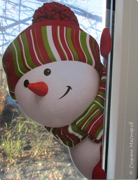 На нашем окошке в декабре кроме забавного дедули http://stranamasterov.ru/node/1057108 , появятся и любопытные снеговички, которые выглядывают из окношка на улицу, или наоборот, заглядывают к нам на огонёк..Нашла их в интернете (https://plus.google.com/photos/110524638234529301074/albums/5955026315787284897), немного изменила изображения. Чтобы картинка была двухсторонней,распечатала каждого снеговичка и в зеркальном отражении, склеила их  между собой, присматриваясь на свет, что бы картинки совпадали , вырезала и заламинировала, чтобы картинка не раскисла от влажного стёклышка. Можно не ламинировать, а просто спрятать картинку в файл и прикрепить маленьким кусочком скотча к стеклу. фото 2