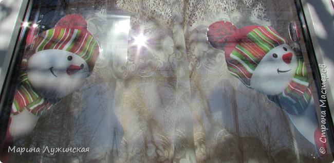 На нашем окошке в декабре кроме забавного дедули http://stranamasterov.ru/node/1057108 , появятся и любопытные снеговички, которые выглядывают из окношка на улицу, или наоборот, заглядывают к нам на огонёк..Нашла их в интернете (https://plus.google.com/photos/110524638234529301074/albums/5955026315787284897), немного изменила изображения. Чтобы картинка была двухсторонней,распечатала каждого снеговичка и в зеркальном отражении, склеила их  между собой, присматриваясь на свет, что бы картинки совпадали , вырезала и заламинировала, чтобы картинка не раскисла от влажного стёклышка. Можно не ламинировать, а просто спрятать картинку в файл и прикрепить маленьким кусочком скотча к стеклу. фото 3
