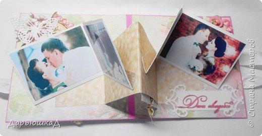 Заказали мне тут открыточку на годовщину свадьбы. Сказали, чтоб обязательно была с фотографиями, и такая вся необычно-сюрпризная) Долго я думала, как фотки необычно разместить, чтоб и красиво было, и открытку в альбом не превратить, и наткнулась на мастер класс Натальи Амельченко по V-складке, и поняла- это судьба! Но об этом позже, вот ,собственно, сама открытка) фото 10