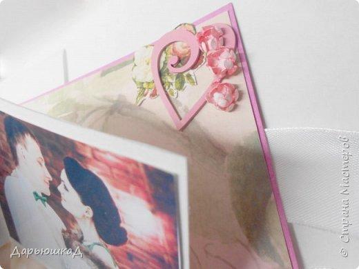 Заказали мне тут открыточку на годовщину свадьбы. Сказали, чтоб обязательно была с фотографиями, и такая вся необычно-сюрпризная) Долго я думала, как фотки необычно разместить, чтоб и красиво было, и открытку в альбом не превратить, и наткнулась на мастер класс Натальи Амельченко по V-складке, и поняла- это судьба! Но об этом позже, вот ,собственно, сама открытка) фото 9