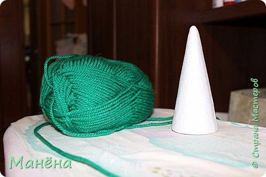 Нам понадобиться: пряжа зелёная, конус из пенопласта и различные блестяжки, бусинки-звёздочки, клей ПВА фото 1